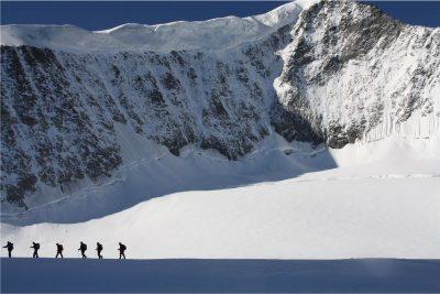 an die Leine auf dem Gletscher nach die Spitze